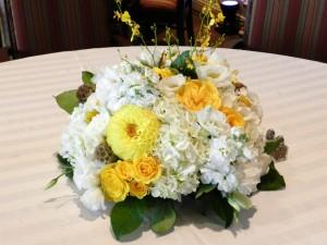 Un precioso centro de mesa con espléndidas flores
