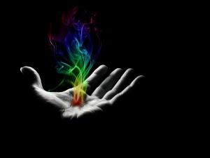 Humo de colores en la palma de una mano