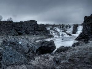 Cauce de un río en blanco y negro