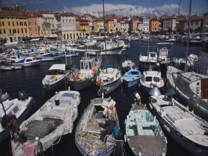 Postal: Barcos de pesca anclados junto al pueblo