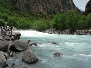 Postal: Personas contemplando el cauce de un río