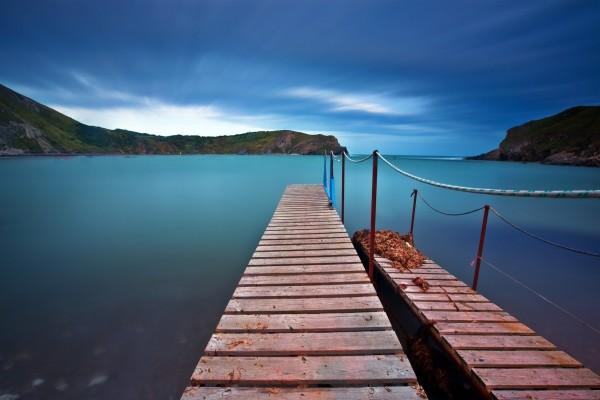 Dos muelles de madera sobre el mar