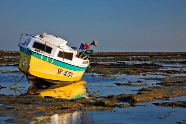Barco encallado al bajar la marea