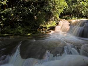 Cascada en el río