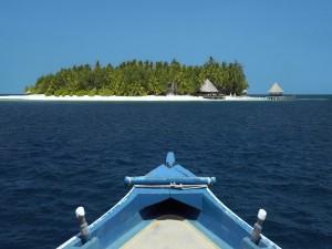 Postal: Barca aproximándose a una isla