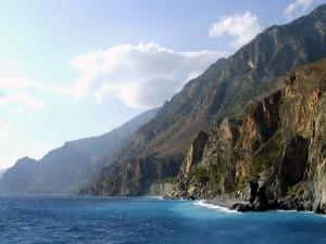 Grandes acantilados junto al mar