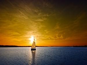 Barco velero navegando al atardecer