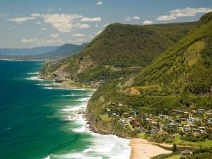Postal: Vista de casas junto al mar