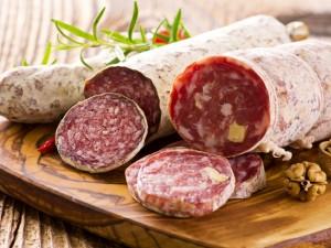Postal: Exquisitos salami cortados en rodajas