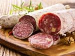 Exquisitos salami cortados en rodajas