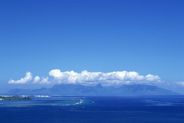 Vista de un mar, montañas y nubes
