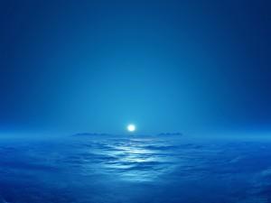 Luna brillando sobre el océano