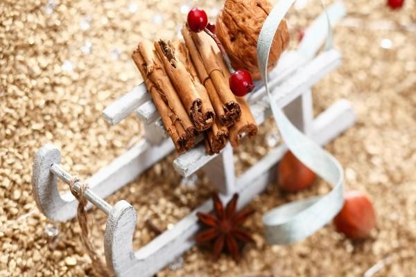 Ramas de canela sobre un trineo navideño