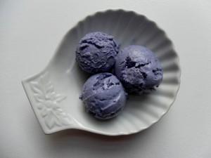 Bolas de helado color violeta sobre un bonito recipiente