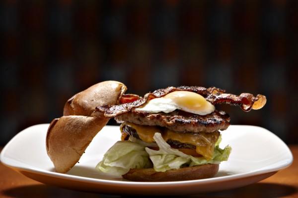 Hamburguesa doble con queso, bacón y huevo