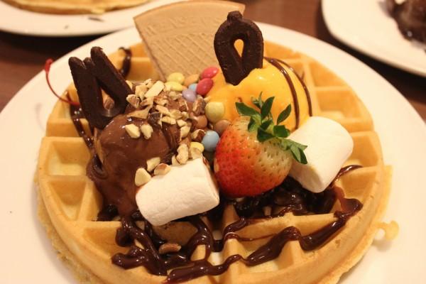 Gofre redondo con helado y otros dulces