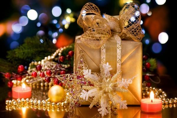 Velas, regalos y adornos navideños