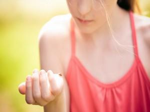 Mariquita en la mano de una muchacha