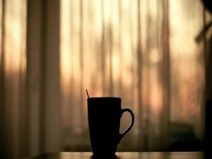 Postal: Taza de café sobre una mesa