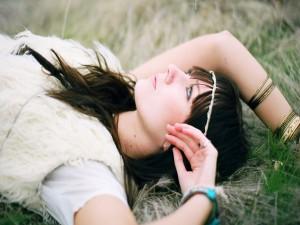 Postal: Una joven sobre la hierba pensando en su futuro