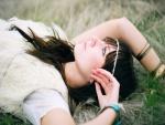 Una joven sobre la hierba pensando en su futuro