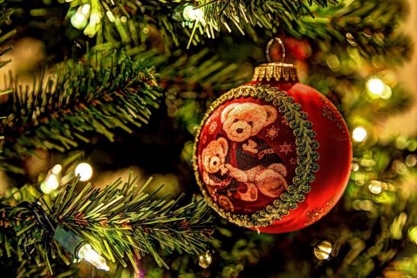 Osos de peluche en una bola de Navidad