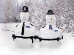 Dos muñecos de nieve policías