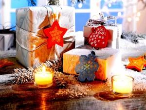 Regalos navideños, adornos y velas