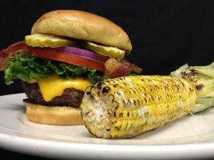 Postal: Mazorca de maíz junto a una hamburguesa