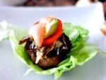 Carne de hamburguesa sobre lechuga