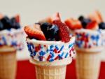 Frutas frescas sobre conos de helado