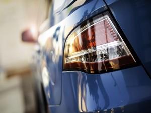 Postal: Faro trasero de un coche azul