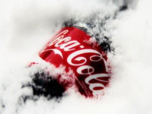 Postal: Botella de coca cola entre la nieve