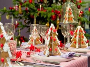 Mesa preparada para la cena de Navidad adornada con arbolitos de galleta