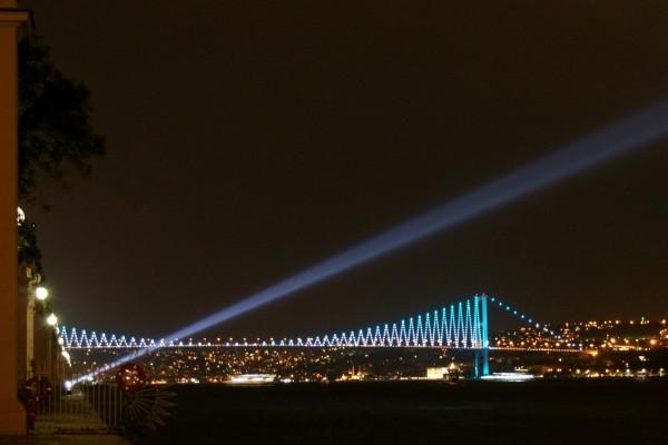 Puente sobre el estrecho del Bósforo visto en la noche