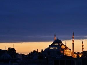 Postal: Minaretes y nubes al atardecer