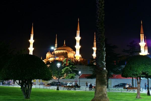Mezquita de Estambúl iluminada en la noche