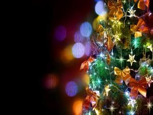 Árbol de Navidad con bonitos lazos y luces