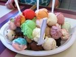 Plato con un surtido de bolas de helado