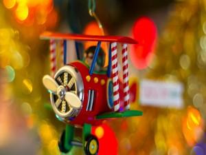 Postal: Avioneta colgada en el árbol de Navidad