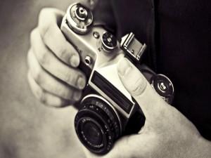Sosteniendo una cámara de fotos