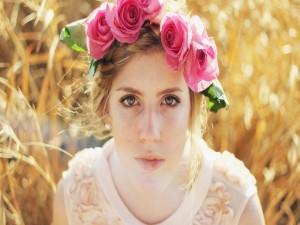Joven con rosas en la cabeza
