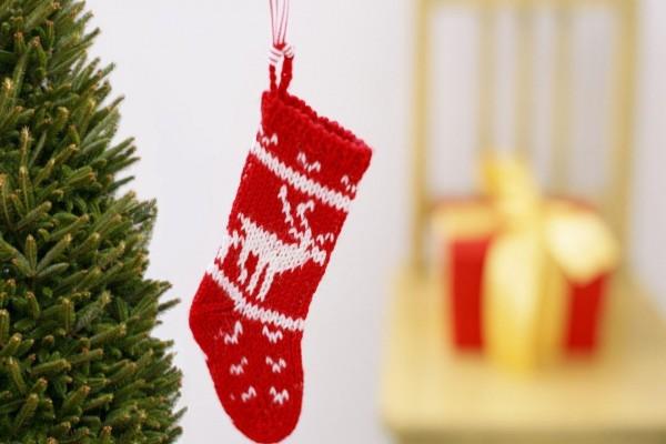 Calcetín navideño colgado junto al árbol