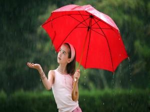 Niña bajo una lluvia de verano