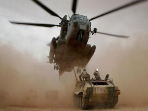 Postal: Tanque y helicóptero en una nube de arena
