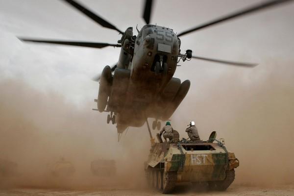 Tanque y helicóptero en una nube de arena