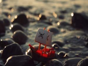 Barco pirata encallado en las piedras