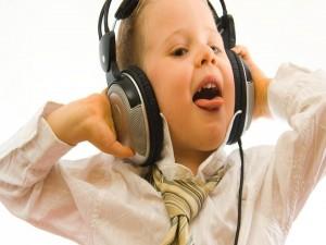 Postal: Niño escuchando música