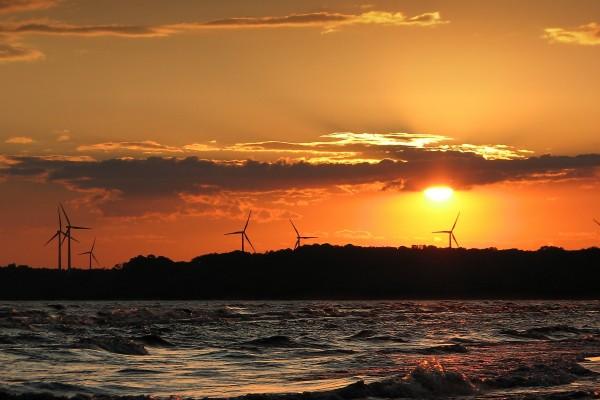 Molinos eólicos junto al mar