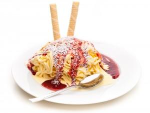 Espaguetis de helado con salsa de fresas